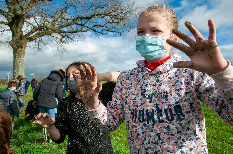 Plantation de haies par les élèves des écoles d'Erbray